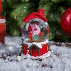 """Сувенир полистоун водяной шар """"Поросёнок в кресле. Новогодние каникулы"""" d=4,5 см"""