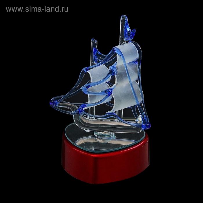 Корабль сувенирный - две мачты, синие флаги и канаты, на подставке в виде сердца