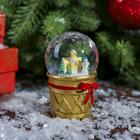 """Сувенир полистоун водяной шар """"Снеговик и пряничный домик в стаканчике"""" d=4,5 см"""