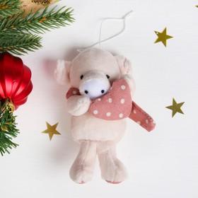 Мягкая игрушка-подвеска 'Свинка шарф в и сердечко в горошек' цвета МИКС Ош