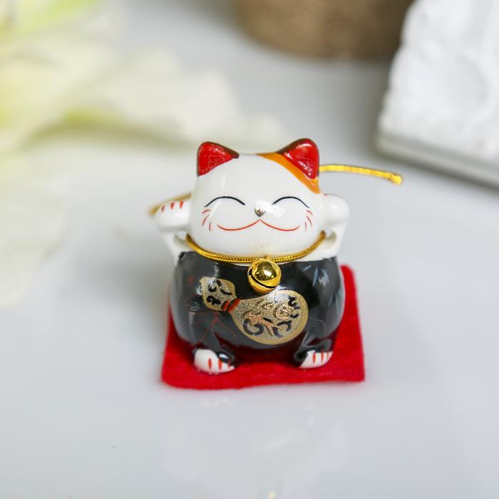 """Сувенир керамика """"Манэки-нэко на коврике"""" МИКС 4х3,8х3,3 см"""