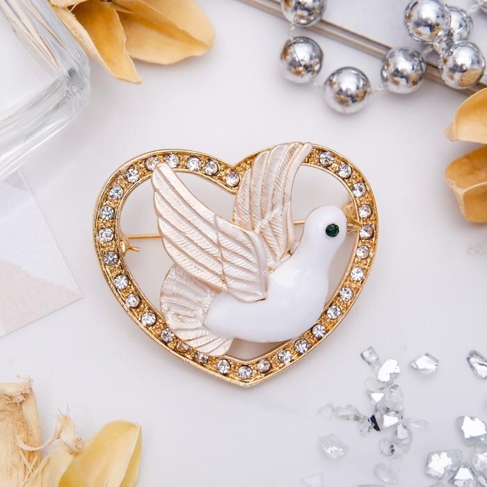 """Брошь """"Голубка в сердце"""", цвет белый в золоте"""