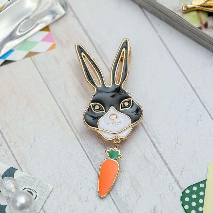 """Брошь """"Кролик с морковкой"""", цветная в золоте"""
