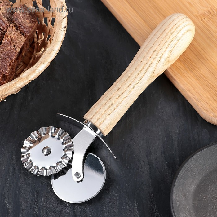"""A pizza cutter and dough 18.5 cm """"Cafu"""", a pen made from Brazilian rubber trees"""