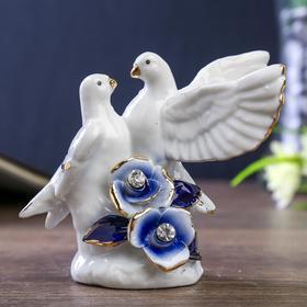 """Сувенир керамика """"Белые голуби с синими розами"""" с золотом, стразы 8х9х6 см"""