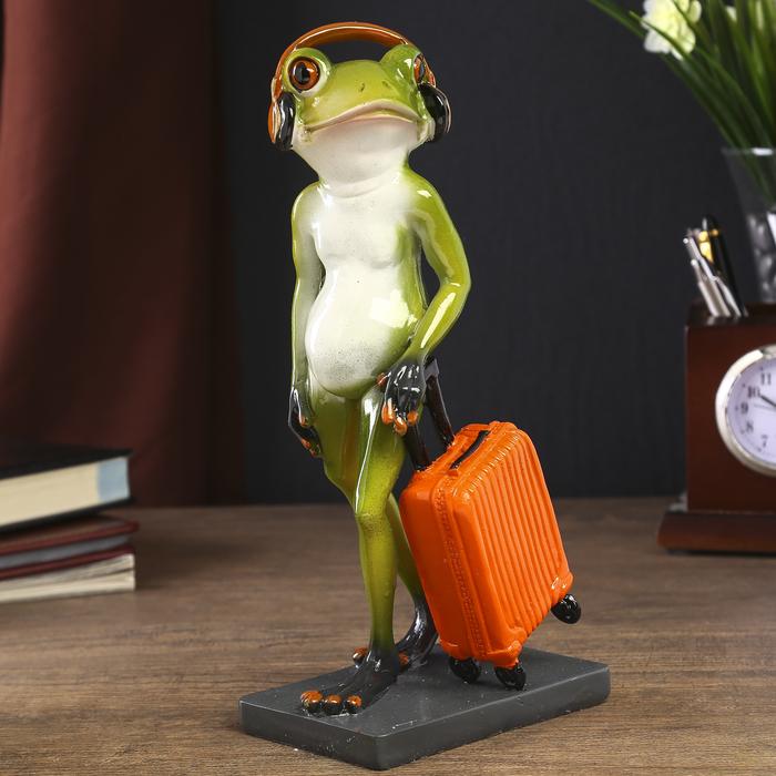 """Сувенир полистоун """"Лягушонок в наушниках и с чемоданом"""" 24х11,5х7 см - фото 798131066"""