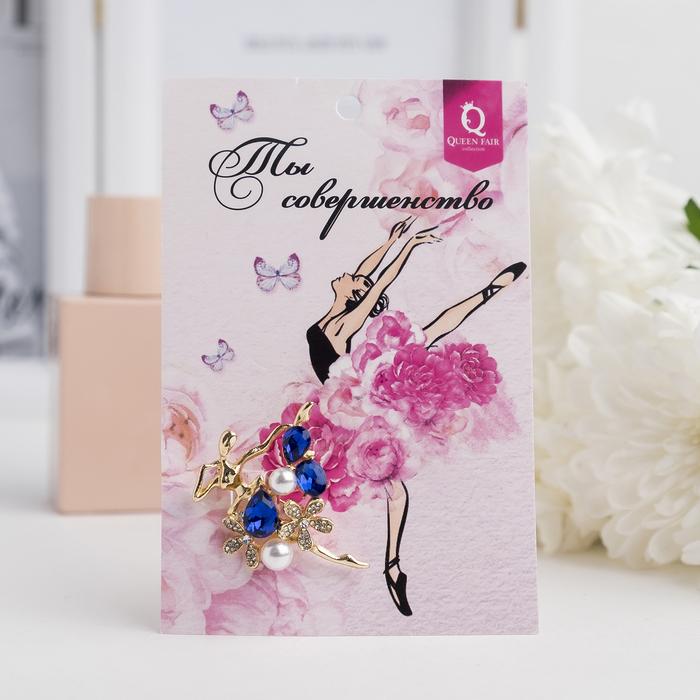 """Брошь """"Балерина"""" цветы и жемчужины, цвет бело-синий в золоте - фото 301002402"""