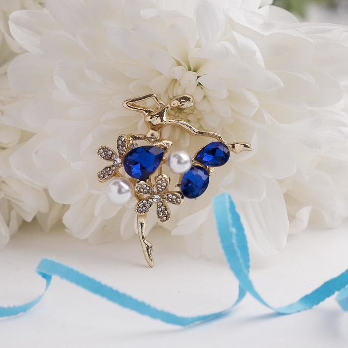 """Брошь спортивная """"Балерина"""" цветы и жемчужины, цвет бело-синий в золоте"""