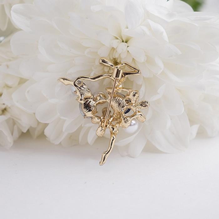 """Брошь """"Балерина"""" цветы и жемчужины, цвет бело-синий в золоте - фото 301002404"""