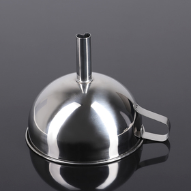 A funnel with a handle and a diameter of 13 cm