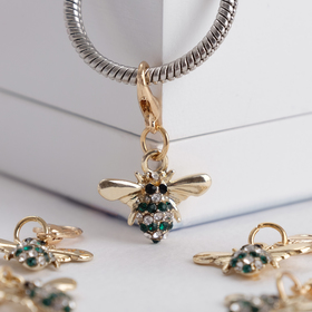 "The charm of ""the Fly"", the color white green gold"