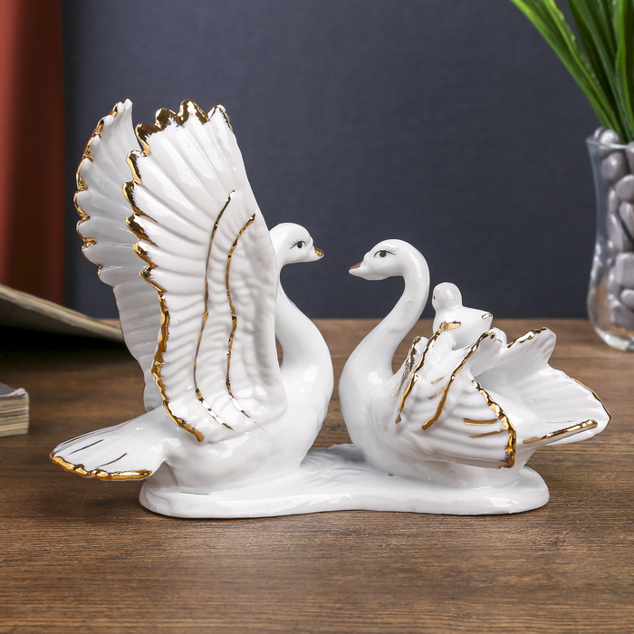 "Сувенир ""Лебединое семейство"" белые с золотом 13х18х8,7 см"