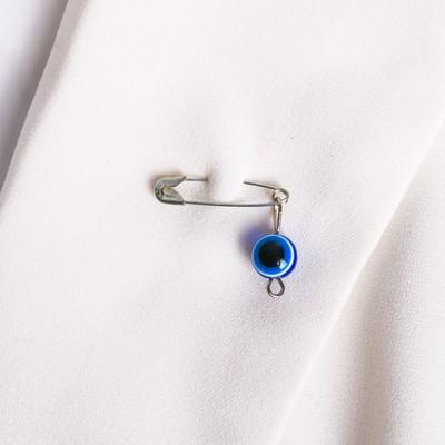 Булавка-оберег, 2см, цвет бело-синий в серебре