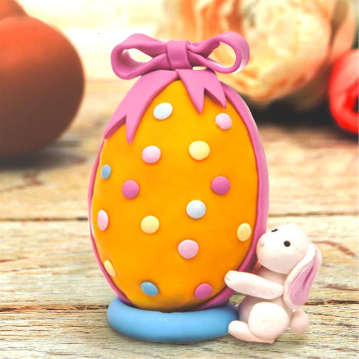 """Декор яиц полимерной глиной """"Зайчик с подарком"""""""