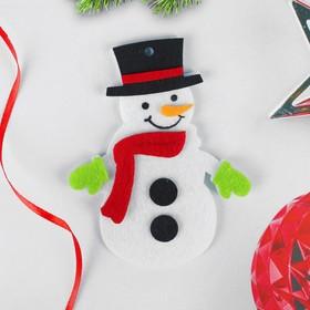 Набор для творчества - создай ёлочное украшение из фетра «Снеговичок в красном шарфике»