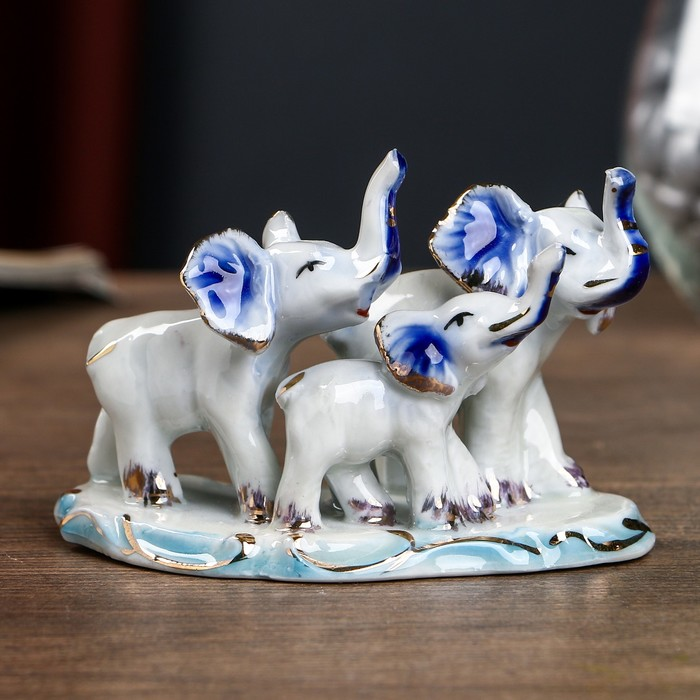 "Сувенир керамика ""Три слона на полянке"" бело-синие с золотом 8х10,8х6 см - фото 798241523"