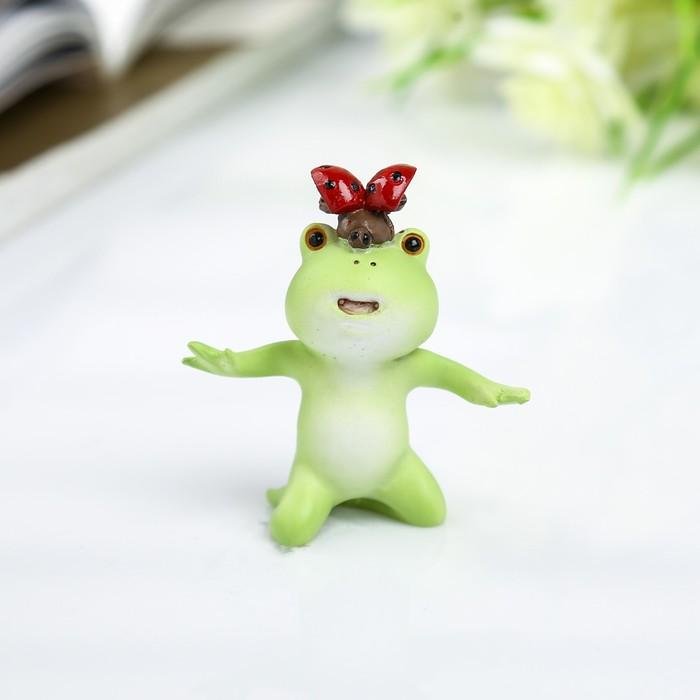 """Сувенир полистоун миниатюра """"Лягушонок с божьей коровкой на голове"""" 5х2х5 см"""