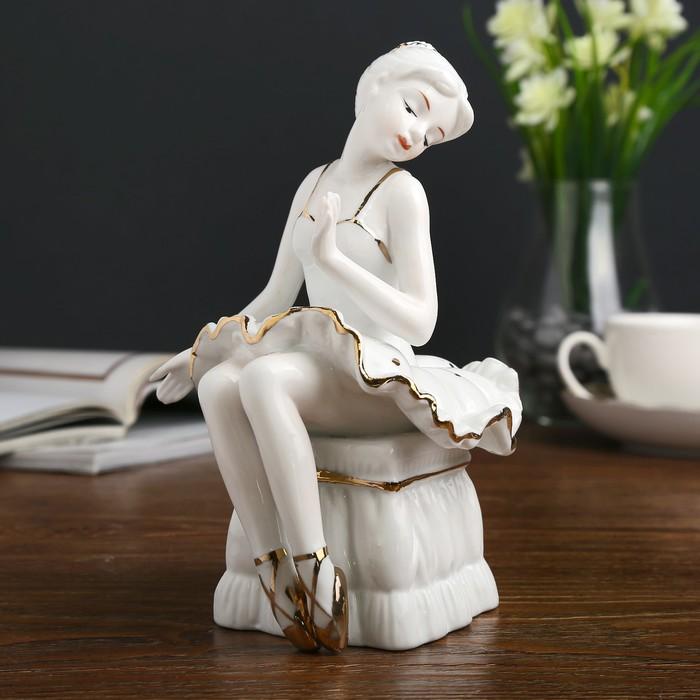 """Сувенир керамика """"Маленькая балерина на пуфике"""" белая с золотом 18,5х12х12 см"""