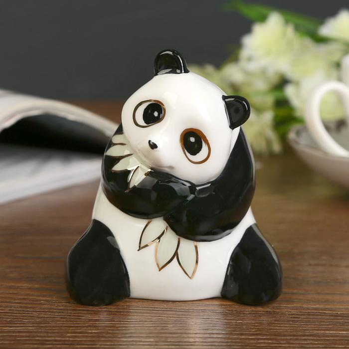 "Сувенир керамика ""Панда с листьями бамбука"" с золотом 9,7х8,4х7,3 см - фото 798253888"