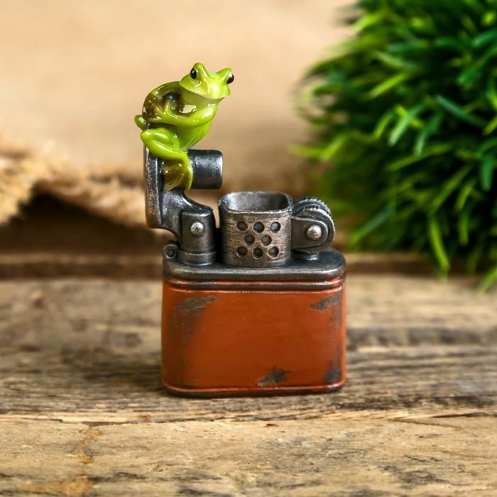 """Сувенир полистоун миниатюра """"Лягушка на зажигалке"""" 7х2х4,5 см - фото 798257281"""