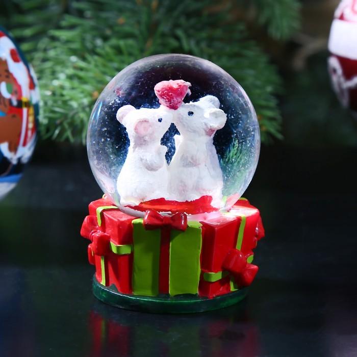 "Сувенир полистоун водяной шар ""Мышата на подарках"" d=4,5 см 6,5х4,5х4,5 см"