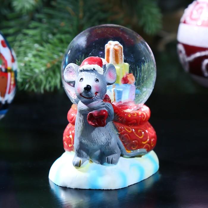 """Сувенир полистоун водяной шар """"Мышонок тащит мешок подарков"""" 7х8х4,8 см"""