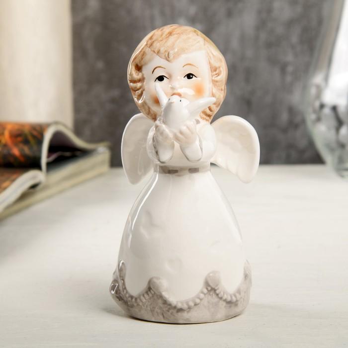 """Сувенир керамика """"Ангел-малыш в платье с серыми оборками, с голубем"""" 10,6х5,6х6,4 см"""