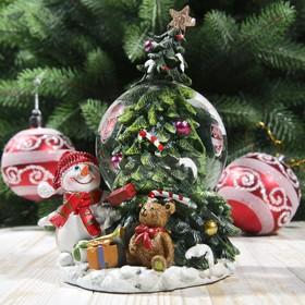 """Сувенир полистоун водяной шар """"Снеговик и подарки у ёлочки"""" d=6,5 см 13х9х8,5 см"""
