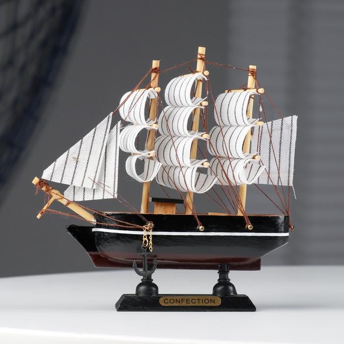 Корабль сувенирный малый - борта чёрные с белой полосой, три мачты, белые паруса с полосой
