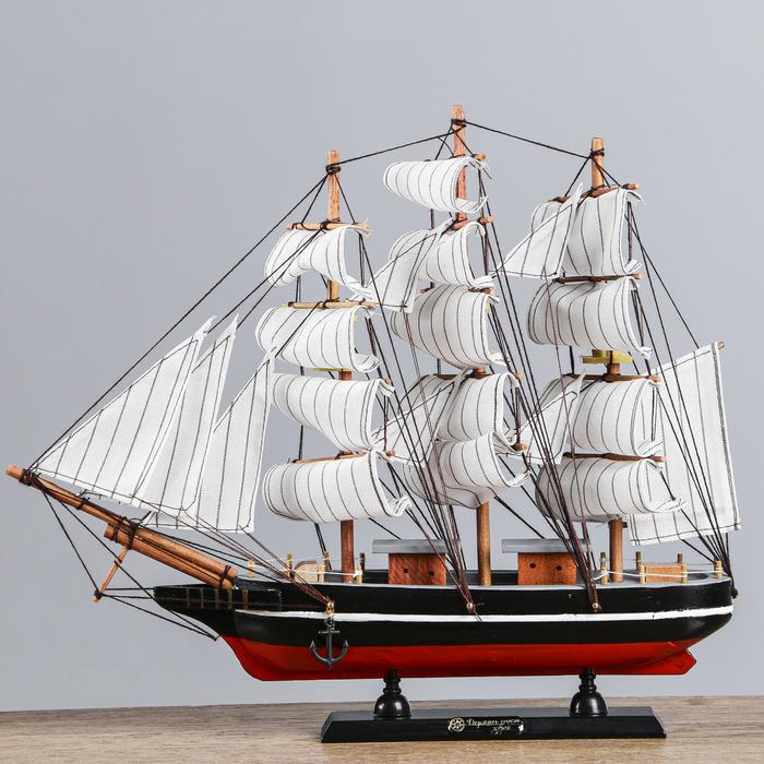 Корабль сувенирный средний «Трёхмачтовый», борта светлое дерево с чёрной полосой, дно синие, паруса белые, 40 х 6 х 33 см