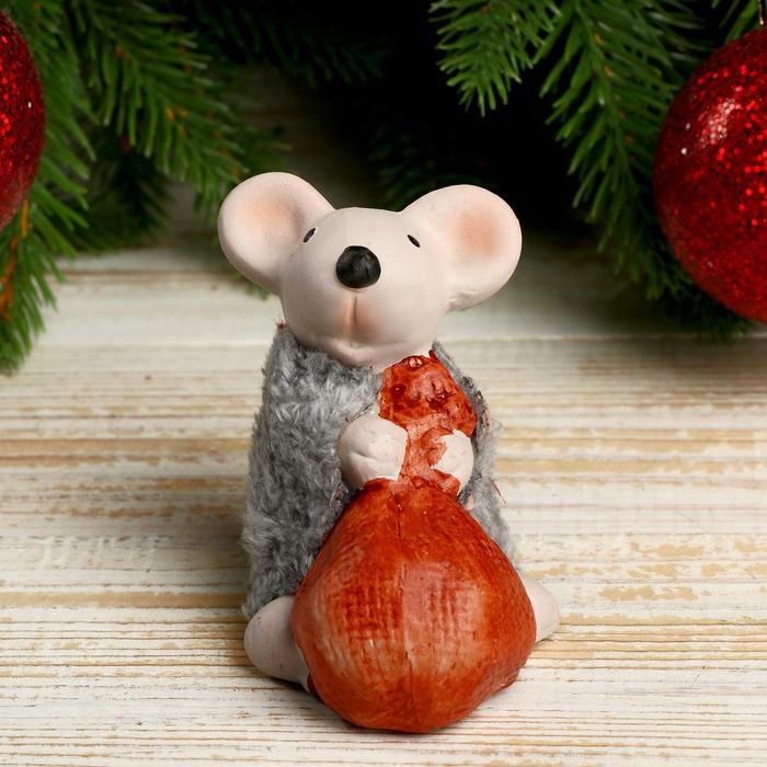 """Сувенир керамика """"Мышонок в серой шубке тащит мышок"""" 7,5х5,2х7,3 см"""