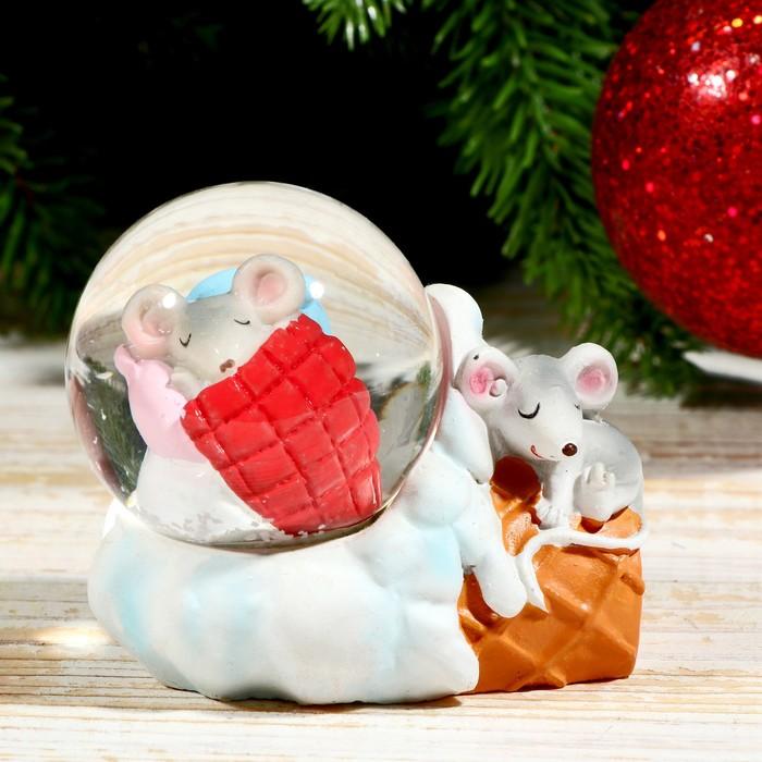 """Сувенир полистоун водяной шар """"Мышата спят на мороженке"""" d=4,5 см 6х5х7 см"""