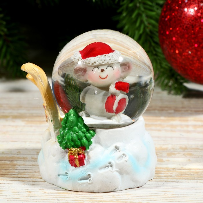 """Сувенир полистоун водяной шар """"Мышонок с лыжами"""" d=4,5 см 6,5х5х5 см"""