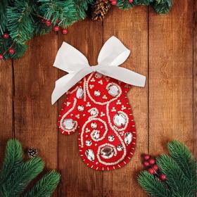 Новогодняя игрушка из фетра «Красная варежка», с вышивкой стразами