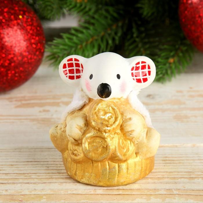 """Сувенир керамика """"Мышонок в белой шубке, ушки в клеточку на монетках"""" 6,3х5х5,2 см"""
