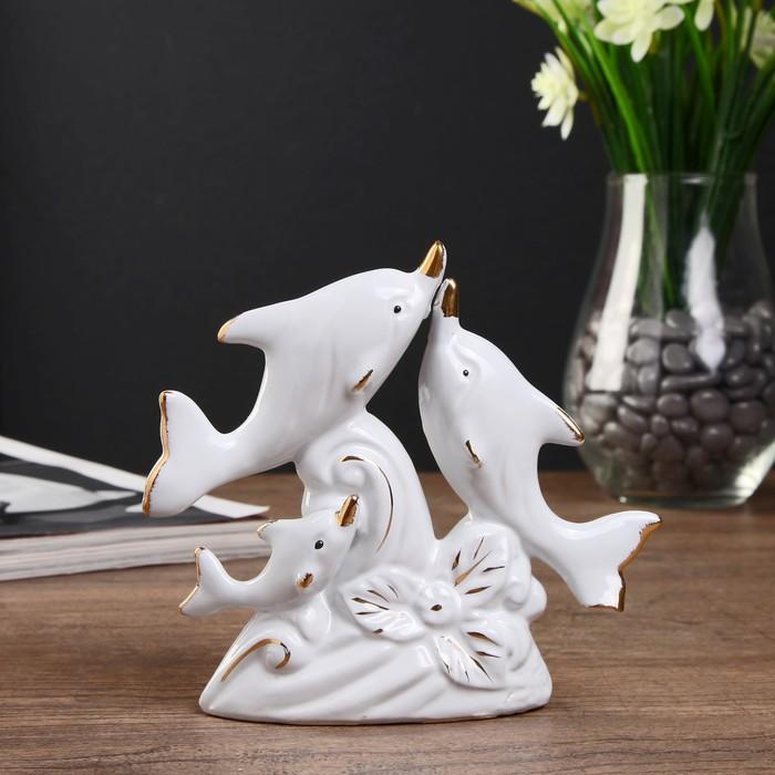 "Сувенир керамика ""Три дельфина на волне с цветком"" белый с золотом 12,5х13,8х3,5 см"