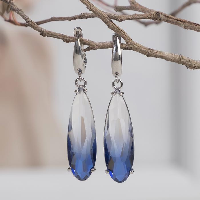 """Серьги с кристаллами """"Иллюзион"""" капля вытянутая, цвет бело-синий в серебре"""