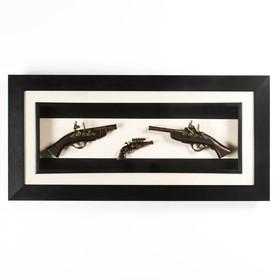 Изделие сувенирное в раме: 2 мушкета, револьвер, 98х47 см