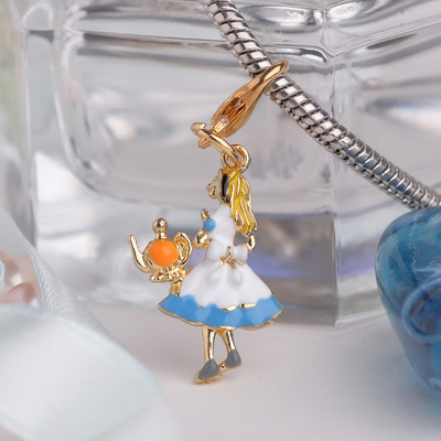 "Charm ""Thumbelina"" with the teapot, the color is blue and white in gold"