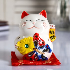 "Сувенир керамика свет ""Кот манэки-нэко с бабочкой и цветком"" 10,5х8х7,5 см"