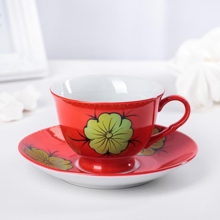 Донецке, букет цвета и чайная пара красного цвета