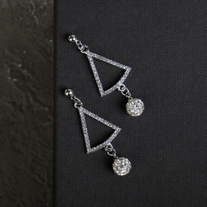 """Серьги со стразами """"Грация"""" форма треугольника с бусиной, цвет белый в серебре - фото 491489"""