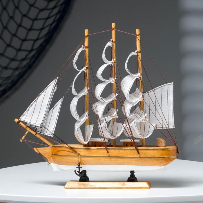 Корабль трехмачтовый с белыми парусами, светлое дерево с белым днищем  32*7*32см