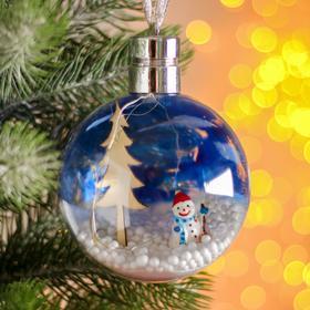 Новогодний шар с деревянной фигуркой и подсветкой «Снеговик и ёлка» 10х10 см