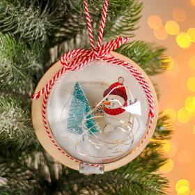Новогодний шар с деревянной фигуркой и подсветкой «Снеговик и ёлка» 12х12 см
