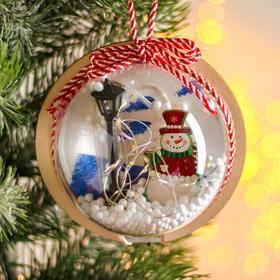 Новогодний шар с деревянной фигуркой и подсветкой «Снеговик и фонарь» 12х12 см