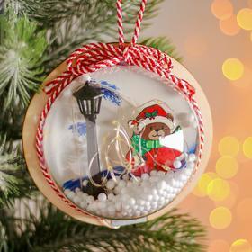 Новогодний шар с деревянной фигуркой и подсветкой «Мишка и фонарь» 12х12 см
