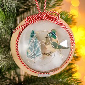 Новогодний шар с деревянной фигуркой и подсветкой «Птичка и ёлка» 12х12 см