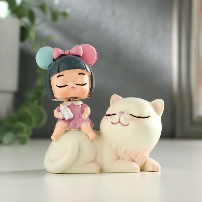 """Сувенир полистоун """"Малышка на белом котике"""" пружинка 8,5х7х5 см"""