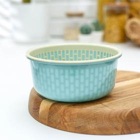 A colander with round tray